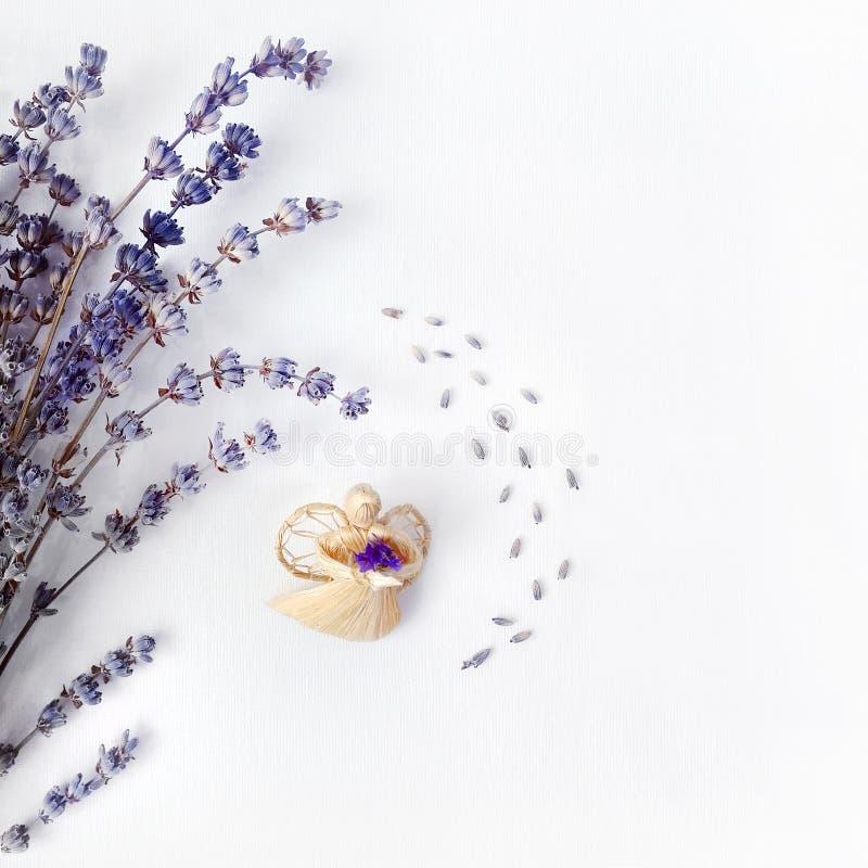 Weihnachtsengel und Lavendel, Zusammensetzung auf einem weißen Segeltuch, Begriffshintergrund für eine Feiertagskarte stockbilder