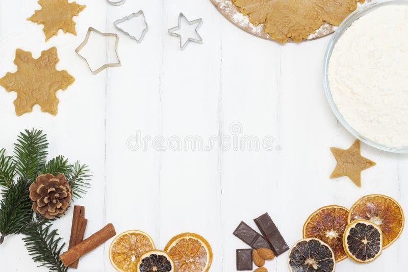 Weihnachtsessen Copyspace Hausgemachte Lebkuchen mit Zutaten für Weihnachtsgebäck und Küchenutensilien auf weißer Tafel lizenzfreies stockfoto