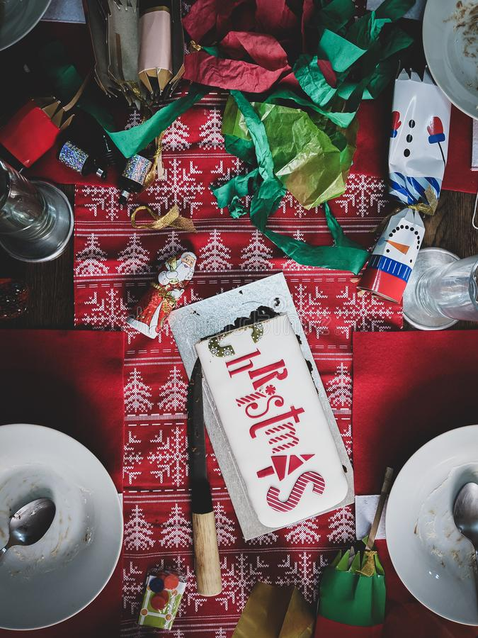 Weihnachtsessen nach der Partei Unordentliche Tabelle Dunkle Weinlese stockbilder