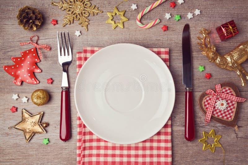 Weihnachtsessenhintergrund mit rustikalen Dekorationen Ansicht von oben lizenzfreies stockbild