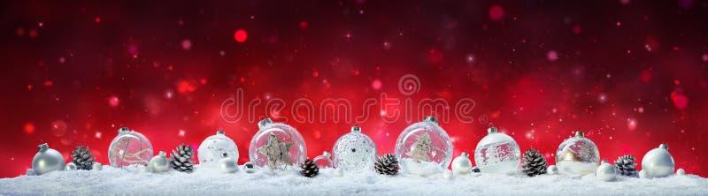 Weihnachtsfahne - Flitter und Kiefern-Kegel stockfotografie
