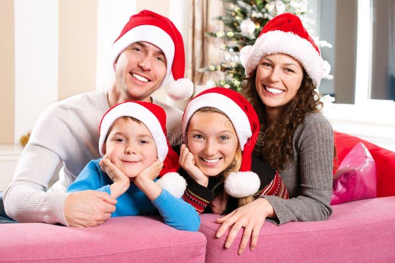 Weihnachtsfamilie mit Kindern lizenzfreies stockbild