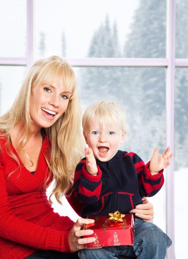 Weihnachtsfamiliengeschenke stockbilder