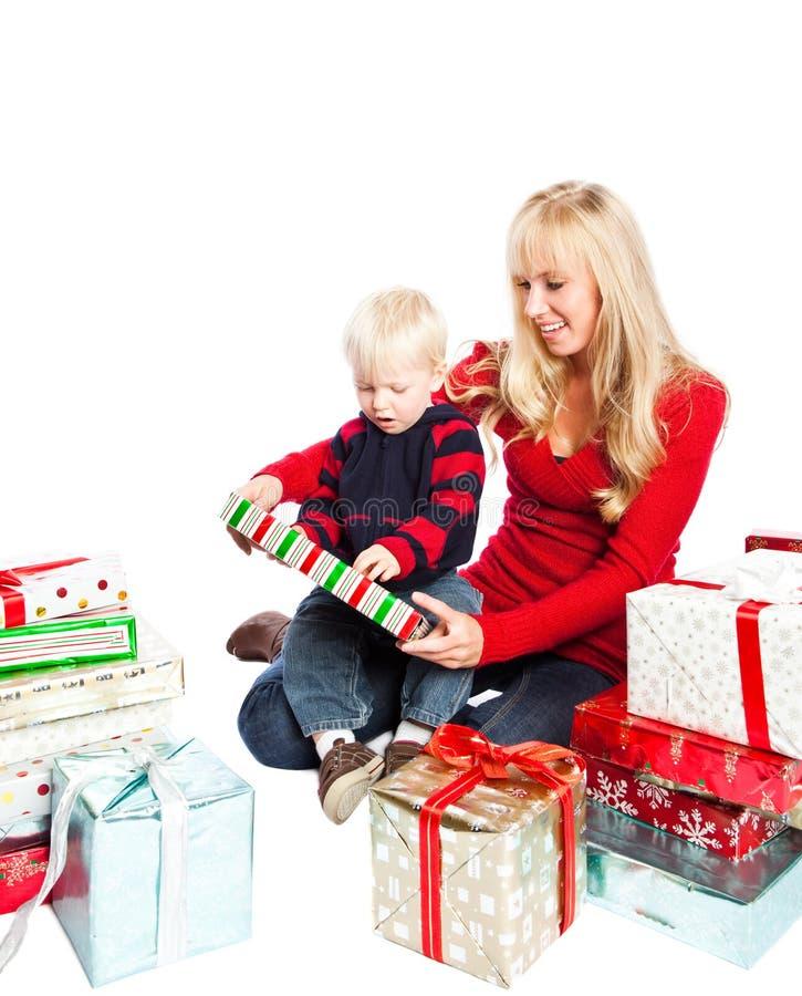 Weihnachtsfamiliengeschenke lizenzfreies stockfoto