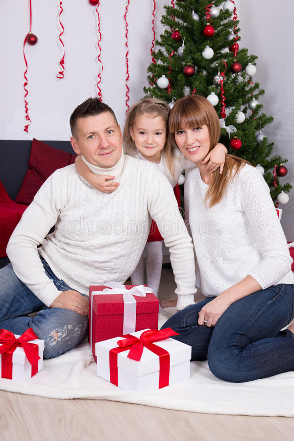 Weihnachtsfamilienporträt in verziertem Wohnzimmer lizenzfreies stockbild