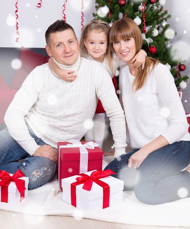 Weihnachtsfamilienporträt in verziertem Wohnzimmer stockfotografie