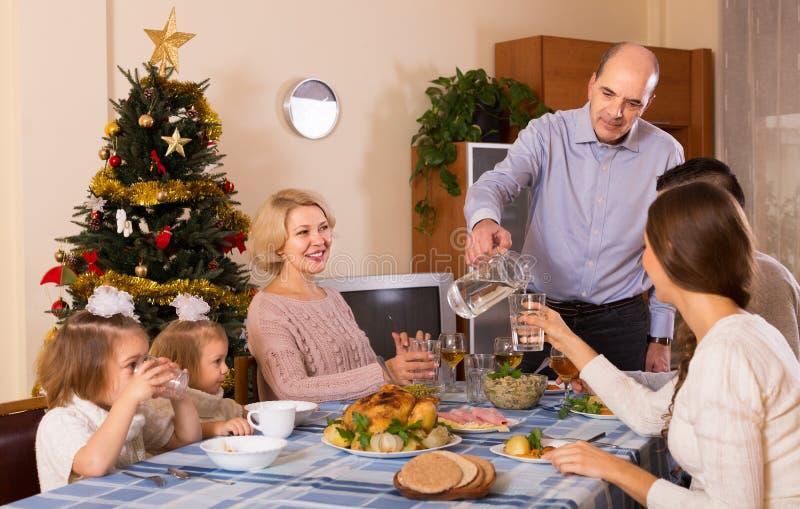 Weihnachtsfeier im Busen der Familie lizenzfreie stockfotos
