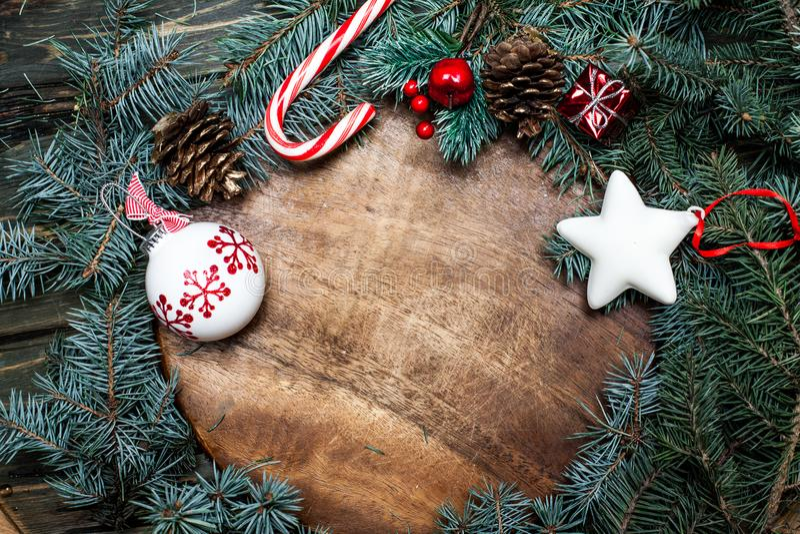 Weihnachtsfeiertags-Feierhintergrund mit Baumaste wi lizenzfreie stockfotos