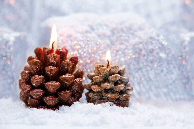 Weihnachtsfeiertagsdekoration mit brennenden Kerzen stockfotos