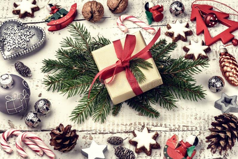 Weihnachtsfeiertagseinstellung mit den anwesenden und festlichen Dekorationen lizenzfreie stockbilder