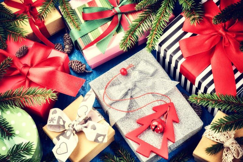 Weihnachtsfeiertagseinstellung mit Geschenken in den Kästen und in festlichem Dezember stockfotografie
