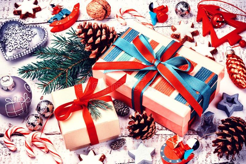 Weihnachtsfeiertagseinstellung mit Geschenken in den Kästen und in festlichem Dezember stockbilder