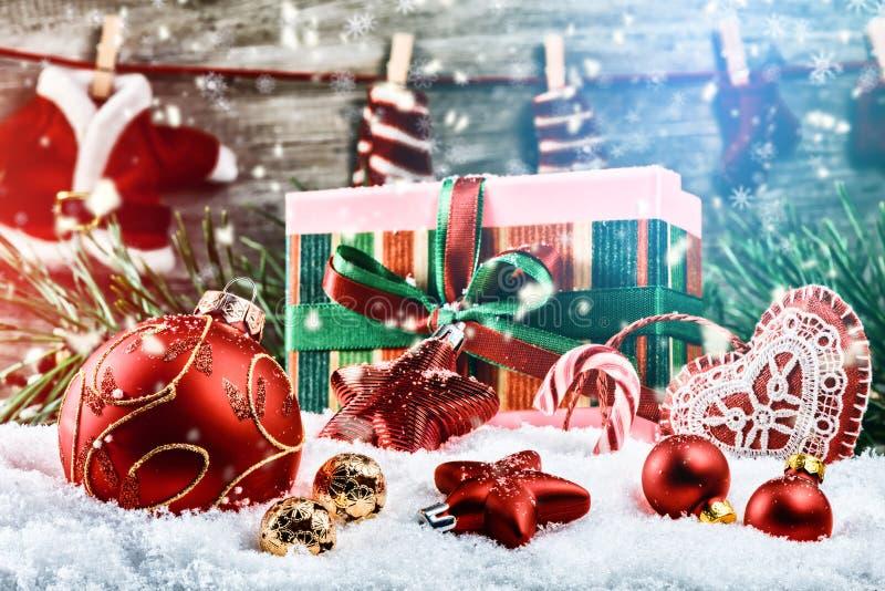 Weihnachtsfeiertagseinstellung mit Geschenken und Flitter lizenzfreie stockbilder