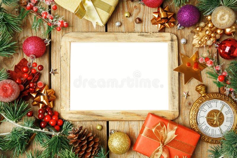 Weihnachtsfeiertagshintergrund mit Fotorahmen, -dekorationen und -o lizenzfreie stockfotos