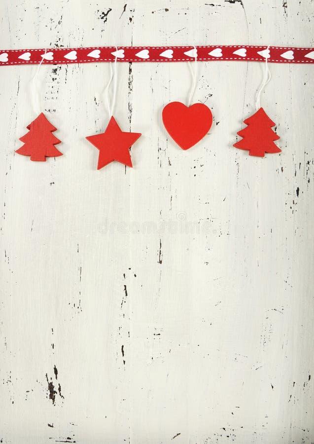Weihnachtsfeiertagshintergrund mit hölzernen Dekorationen des roten und weißen Themas auf weißem Weinleseholz stockbilder