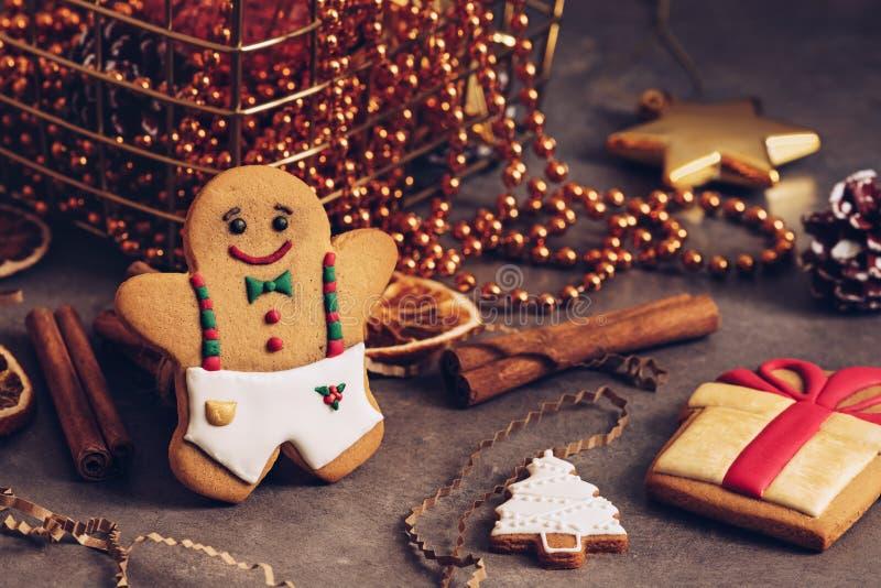 Weihnachtsfeiertagshintergrund mit Lebkuchenplätzchen, Weihnachtsdekorationen, Zimt und getrockneten Orangen Selektiver Fokus stockfoto