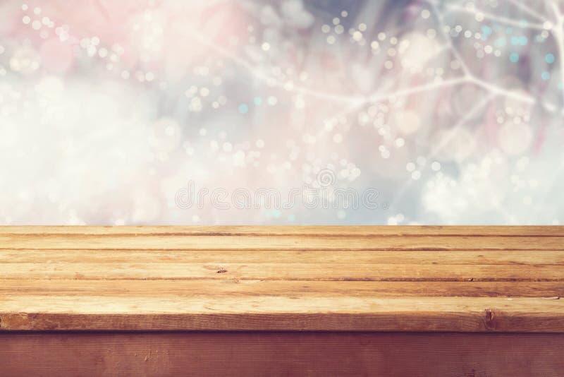 Weihnachtsfeiertagshintergrund mit leerer hölzerner Plattformtabelle über Winter bokeh Bereiten Sie für Produktmontage vor stockfoto