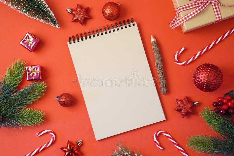 Weihnachtsfeiertagshintergrund mit Notizbuch und Dekorationen auf Re stockbilder