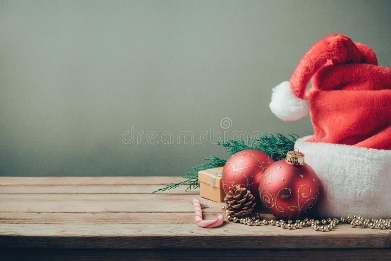 Weihnachtsfeiertagshintergrund mit Sankt-Hut und -dekorationen Retro- Filtereffekt lizenzfreie stockfotos