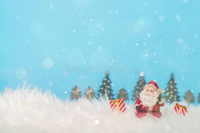 Weihnachtsfeiertagshintergrund mit Sankt und Dekorationen Weihnachtslandschaft mit Geschenken und Schnee Frohe Weihnachten und gl lizenzfreies stockbild