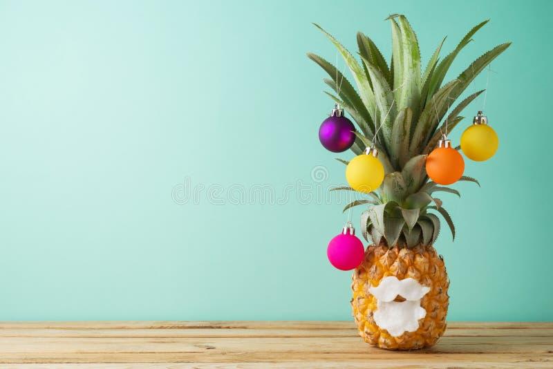 Weihnachtsfeiertagskonzept mit Ananas als alternativem Christm stockfotos