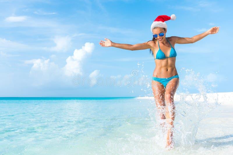 Weihnachtsfeiertagsstrandspaßbikini-Frauenfreiheit stockbilder