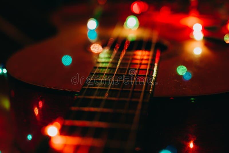 Weihnachtsfeiertagsweihnachtsgitarren-Dezember-Hintergrund lizenzfreies stockbild