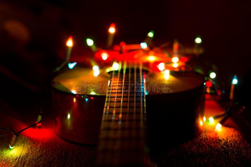 Weihnachtsfeiertagsweihnachtsgitarren-Dezember-Hintergrund lizenzfreie stockfotos