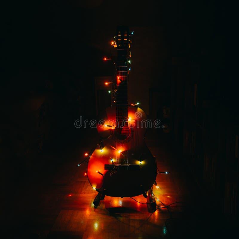 Weihnachtsfeiertagsweihnachtsgitarren-Dezember-Hintergrund stockfotos