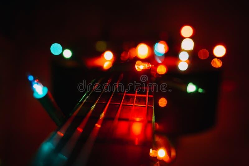 Weihnachtsfeiertagsweihnachtsgitarren-Dezember-Hintergrund stockbild