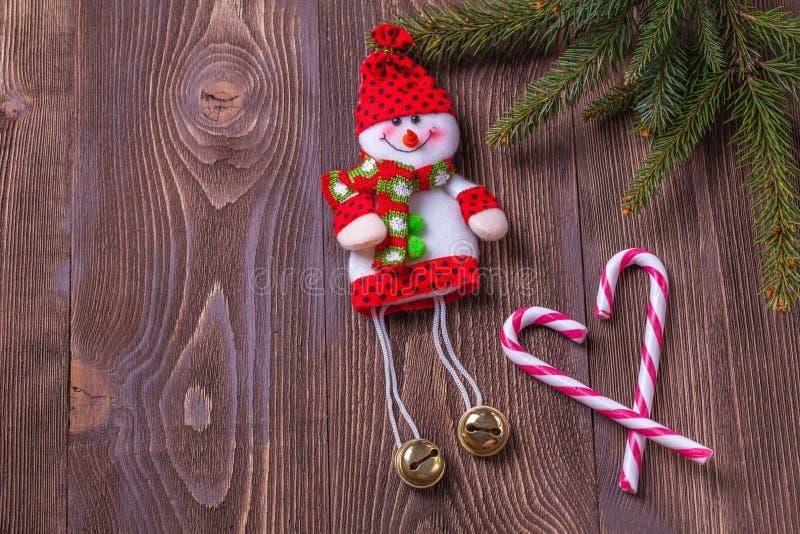 Weihnachtsfeiertagszusammensetzung auf braunem hölzernem Hintergrund mit Kopienraum für Ihren Text lizenzfreies stockfoto