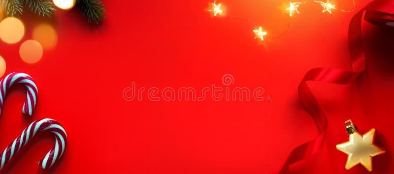 Weihnachtsfeiertagszusammensetzung auf rotem Hintergrund mit Kopienraum für Ihren Text stockbild