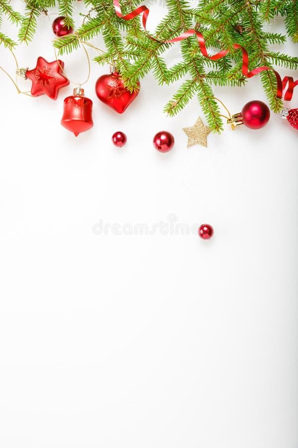 Weihnachtsfeiertagszusammensetzung Festliches kreatives Muster, Weihnachtsroter Dekor-Feiertagsball mit Band, Schneeflocken, Weih lizenzfreies stockbild
