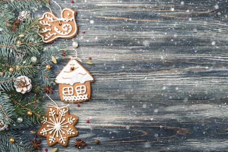Weihnachtsfeld von Lebkuchenplätzchen auf Fichte über schneebedecktem hölzernem Hintergrundkopienraum lizenzfreies stockfoto