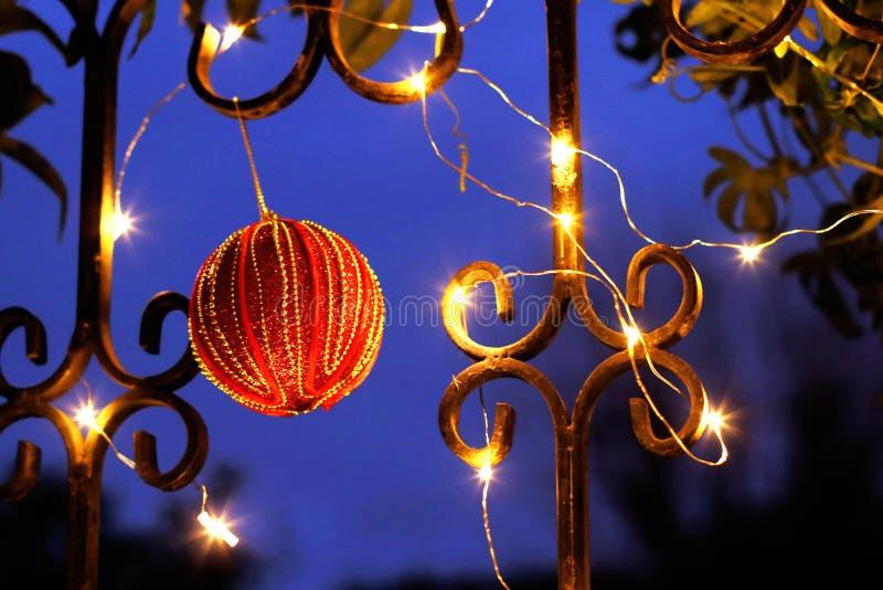 Weihnachtsfensterdekoration draußen mit einem Flitter und einem Lamettagirlandenhintergrund lizenzfreie stockfotografie