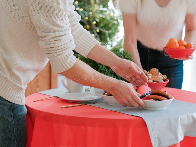 Weihnachtsferien mit festlicher Tischküche stockfotografie