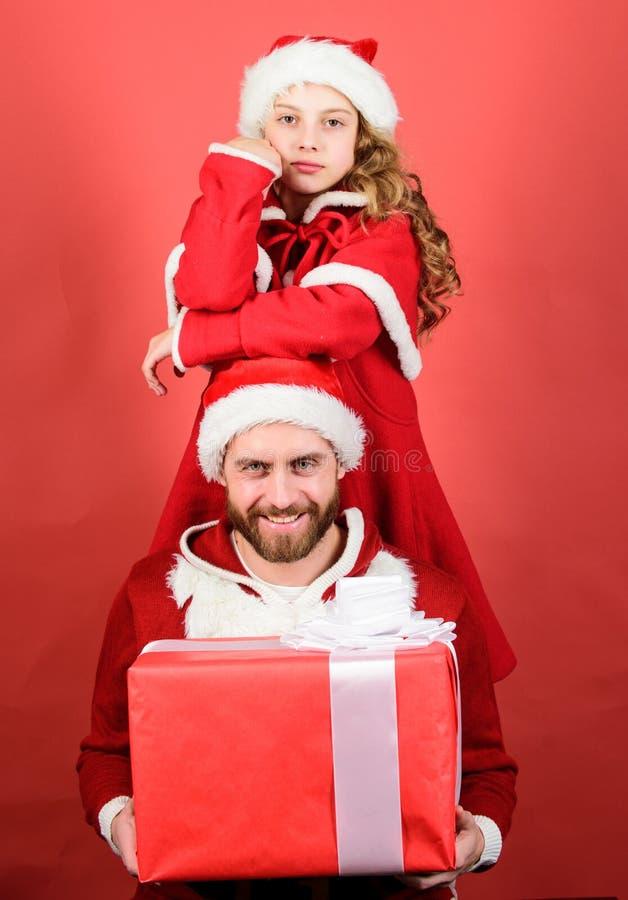 Weihnachtsfest Drei recht reizvolle Mädchen, die Weihnachtsmann-, Katze- und Häschenkleidung tragen Wie man Weihnachtsmann-Eltern stockbilder