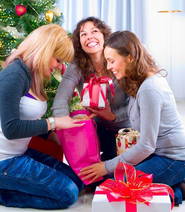 Weihnachtsfest. Freunde mit Weihnachtsgeschenken lizenzfreie stockfotos