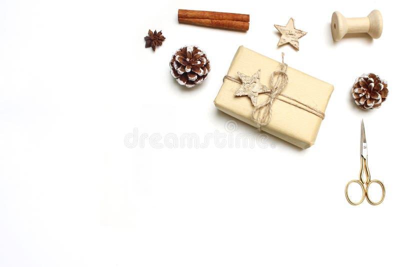 Weihnachtsfestliche angeredete Archivbildzusammensetzung Handgemachte Geschenkbox mit hölzernem und Anis spielt, Zimt, Gewürzstöc lizenzfreie stockbilder