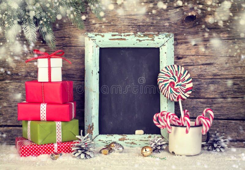 Weihnachtsfestliche Dekoration mit Geschenkboxen und Zuckerstangen lizenzfreies stockfoto