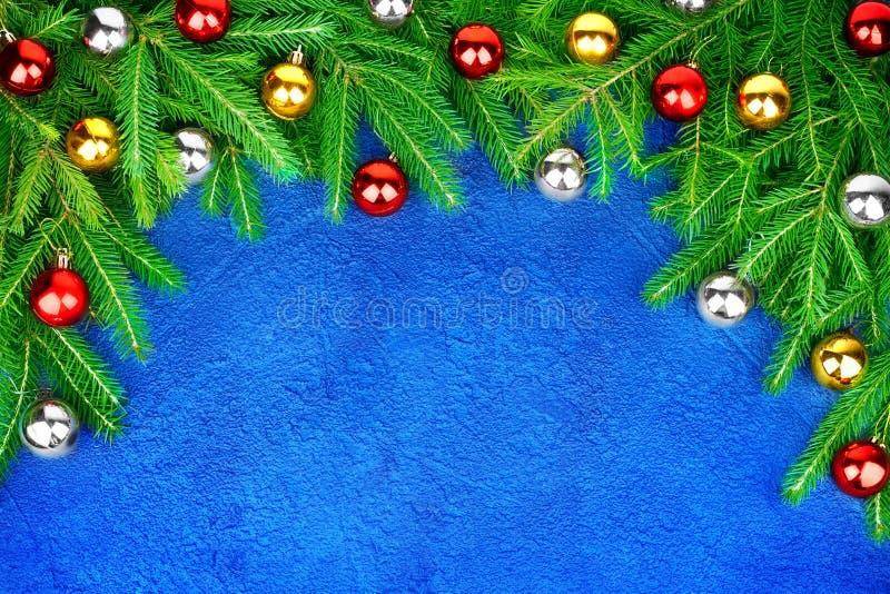 Weihnachtsfestliche Grenze, dekorativer Rahmen des neuen Jahres, glänzende goldene, silberne, rote Balldekorationen auf grünen Ki stockbilder