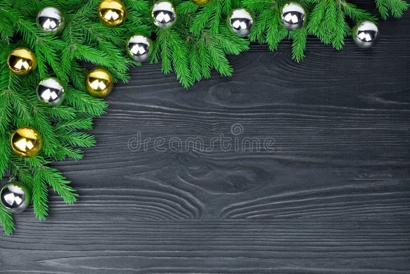 Weihnachtsfestliche Grenze, dekorativer Rahmen des neuen Jahres, glänzendes Gold und silberne Balldekorationen, grüne Tannenzweig lizenzfreie stockfotos