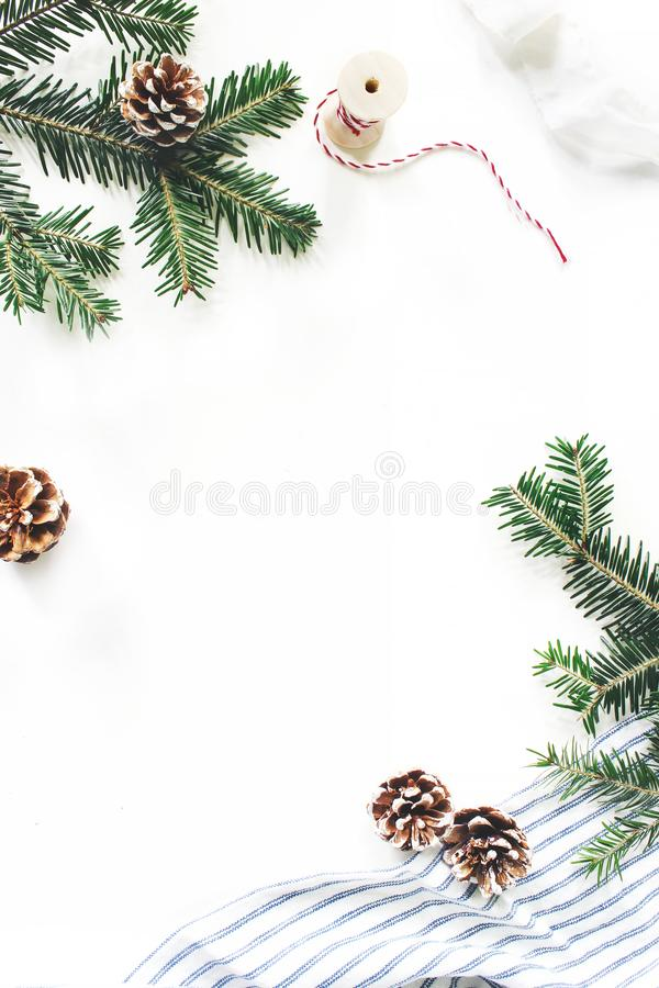 Weihnachtsfestliche Zusammensetzung Dekoratives Blumenfeld Tannenbaumastgrenze Kiefernkegel, Geschenkseil, Band und lizenzfreie stockbilder