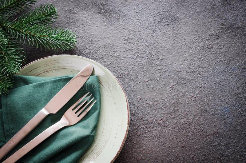 Weihnachtsfestliches Gedeck mit Weihnachtsdekorationen für Weihnachten oder Abendessen des neuen Jahres stockfotografie