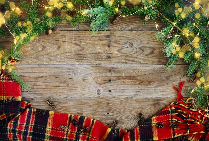 Weihnachtsflacher gelegter Rahmen mit Lichter, Tannenzweige, Flitter und Plaid stockbild