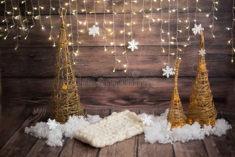 Weihnachtsfotozone Lokalisierung auf Weiß Handgemachter Weihnachtsbaum lizenzfreies stockfoto