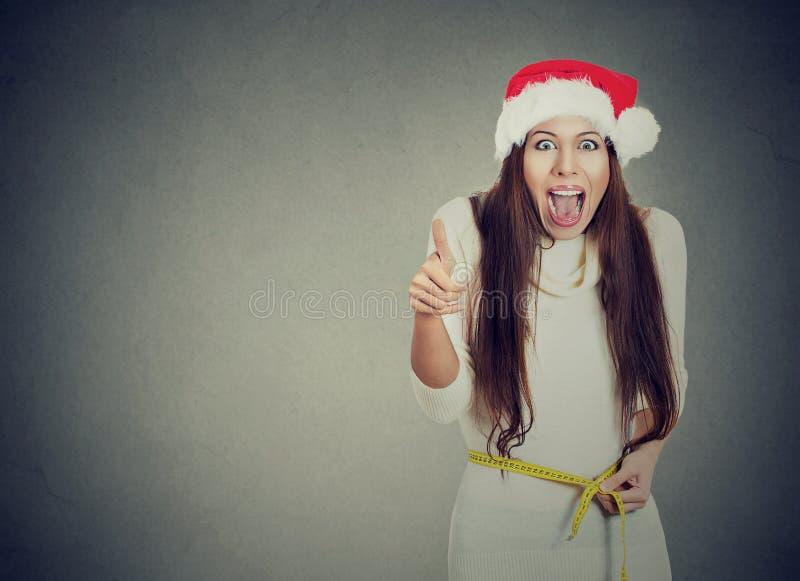 Weihnachtsfrau aufgeregt über messende Taille des Gewichtsverlusts lizenzfreies stockbild