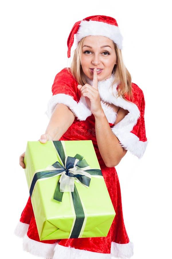 Weihnachtsfrau, die Geschenk gibt stockfotografie