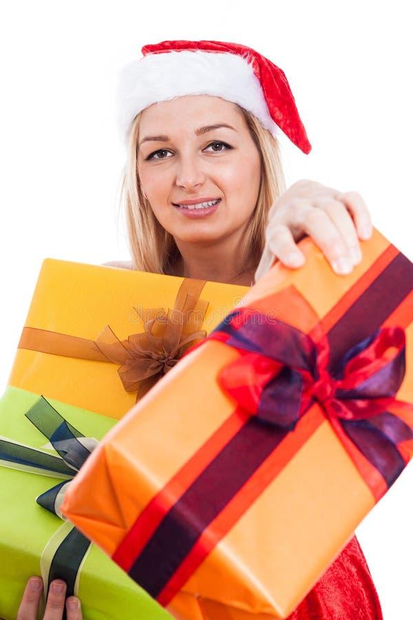 Weihnachtsfrau, die Geschenke gibt stockbilder