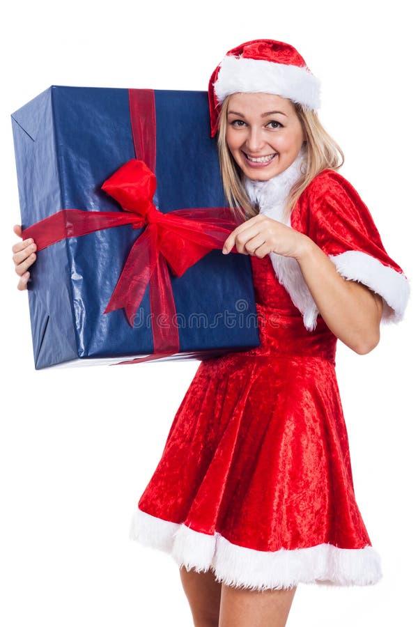 Weihnachtsfrau, die großes Geschenk öffnet stockfoto